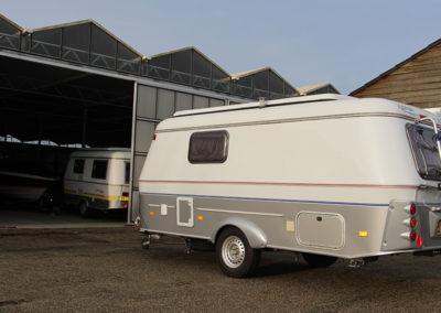 Caravan voor de overdekte stalling