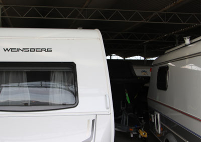 Close up van een caravan in de stalling